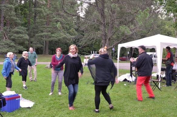 Johannanpaivat_piknik_tanssijat_2015_04